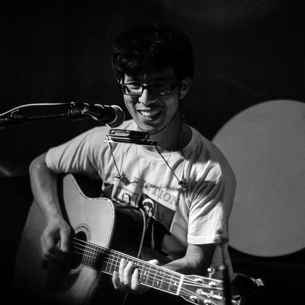 Moxi Zishi with guitar